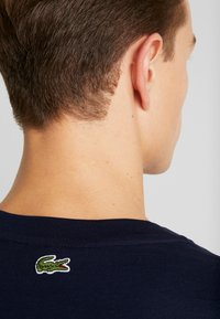 Lacoste - TH5097-00 - T-shirt med print - marine - 3