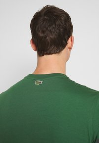 Lacoste - TH5097-00 - Triko s potiskem - dark green - 3