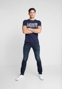 Lacoste - T-shirt imprimé - marine/blanc - 1