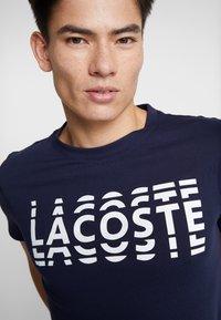 Lacoste - T-shirt imprimé - marine/blanc - 5