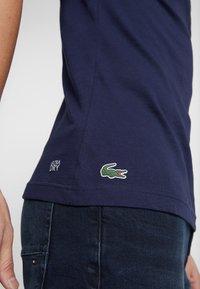 Lacoste - T-shirt imprimé - marine/blanc - 3