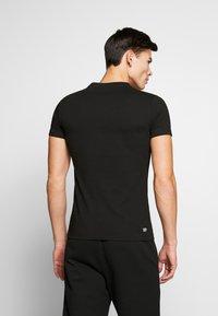 Lacoste - T-shirt imprimé - noir/blanc - 2