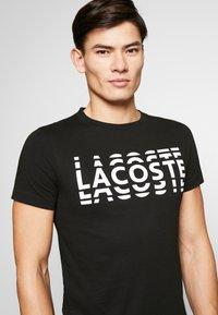 Lacoste - T-shirt med print - noir/blanc - 5