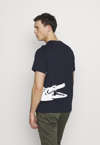 Lacoste - T-shirts med print - navy blue - 2