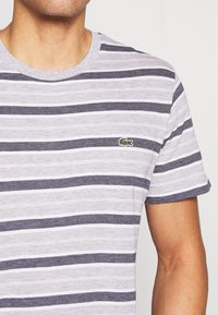 Lacoste - TH5141-00 - T-shirt med print - silver chine/white-navy blue - 4