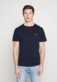 Lacoste - T-shirt basique - navy blue/flour bordeaux - 0