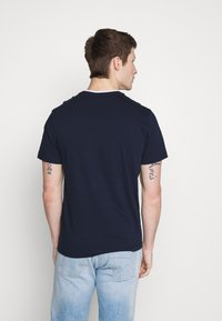 Lacoste - T-shirt basique - navy blue/flour bordeaux - 2