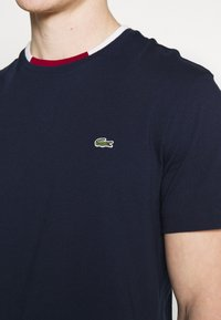 Lacoste - T-shirt basique - navy blue/flour bordeaux - 5