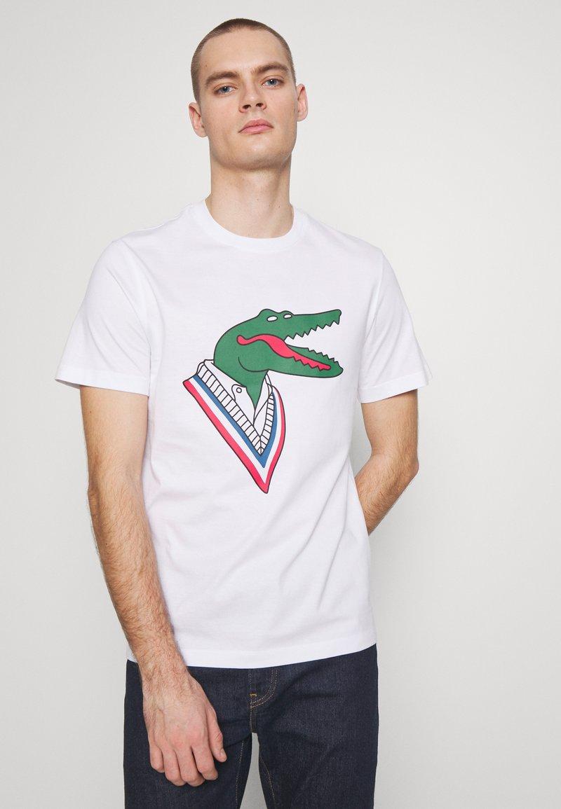 Lacoste - Unisex Lacoste x Jean-Michel Tixier Design Cotton T-shirt - T-shirts med print - blanc/rouge