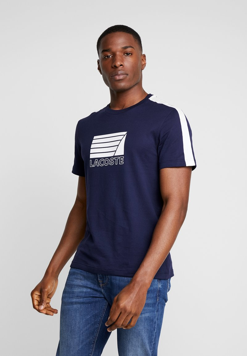 Lacoste - T-shirt med print - marine/blanc