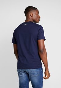 Lacoste - T-shirt med print - marine/blanc - 2