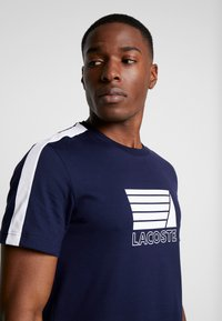 Lacoste - T-shirt med print - marine/blanc - 4