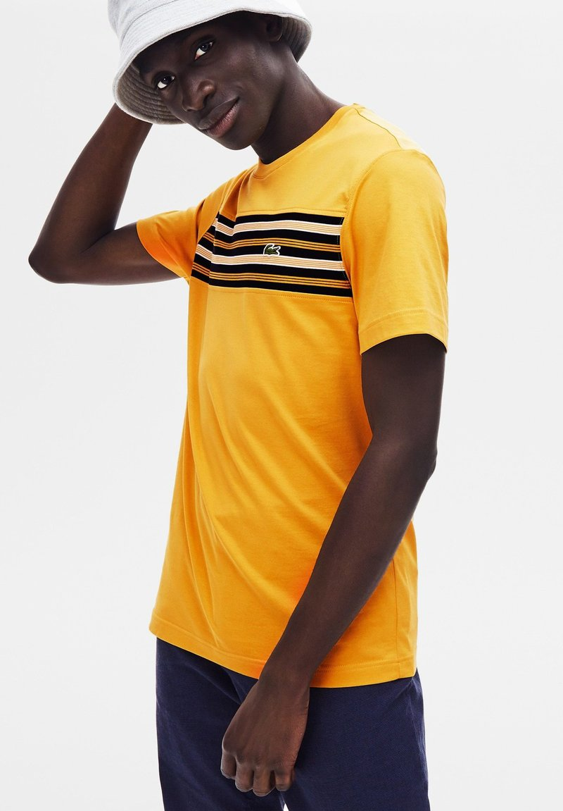 Lacoste - NORMAL FIT TH8564 - T-shirt imprimé - yellow