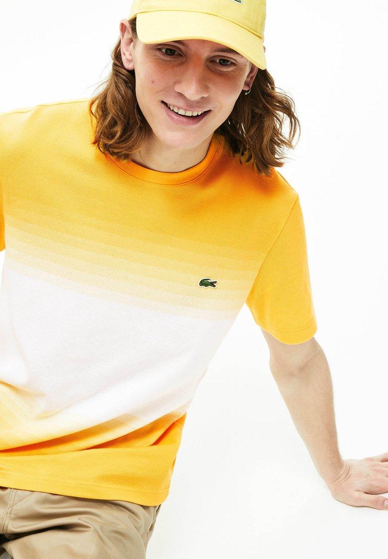 Lacoste - T-shirt imprimé - jaune/blanc