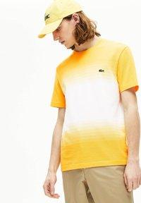 Lacoste - T-shirt imprimé - jaune/blanc - 1