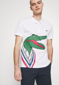 Lacoste - Unisex Lacoste x Jean-Michel Tixier Print Classic Fit Polo Shirt - Polo - blanc/rouge - 0