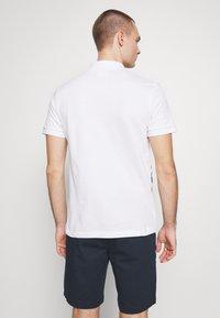 Lacoste - Unisex Lacoste x Jean-Michel Tixier Print Classic Fit Polo Shirt - Poloshirt - blanc/rouge - 2