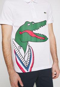 Lacoste - Unisex Lacoste x Jean-Michel Tixier Print Classic Fit Polo Shirt - Poloshirt - blanc/rouge - 5