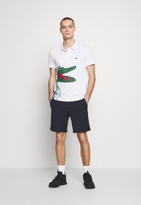 Lacoste - Unisex Lacoste x Jean-Michel Tixier Print Classic Fit Polo Shirt - Polo - blanc/cicer - 1