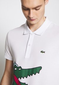 Lacoste - Unisex Lacoste x Jean-Michel Tixier Print Classic Fit Polo Shirt - Polo - blanc/cicer - 5