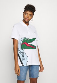 Lacoste - Unisex Lacoste x Jean-Michel Tixier Print Classic Fit Polo Shirt - Polo - blanc/cicer - 3