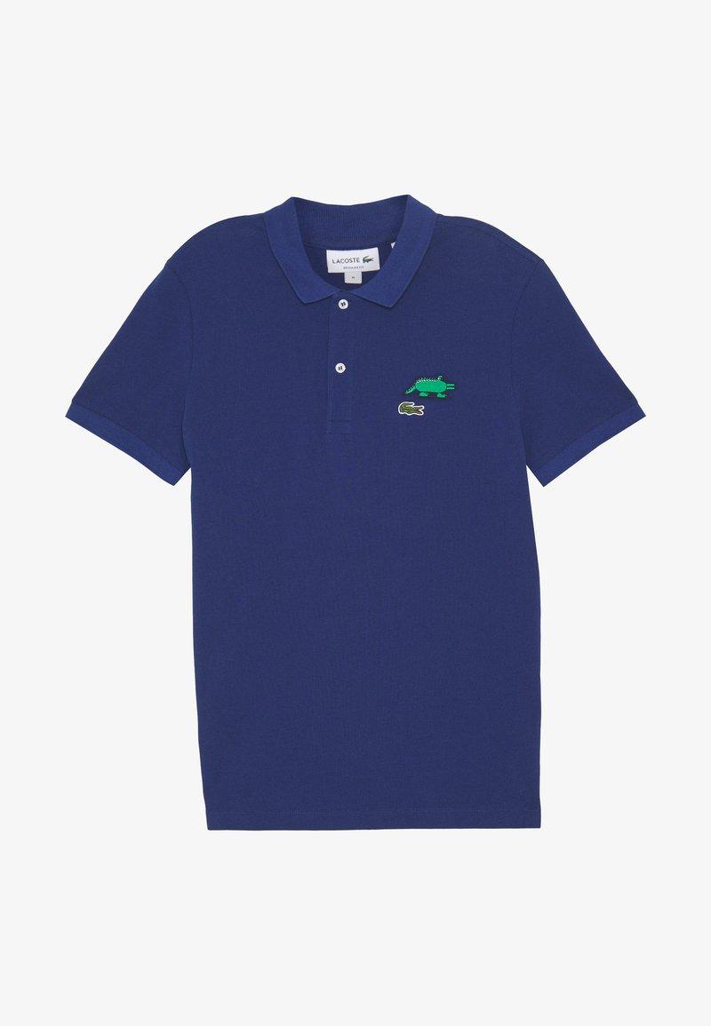 Lacoste - Unisex Lacoste x Jeremyville Design Classic Fit Polo Shirt - Poloshirt - methylene