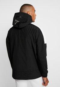 Lacoste - Lehká bunda - black/illumination/white - 2