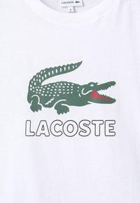 Lacoste - BOY LOGO TEE - Printtipaita - blanc - 3