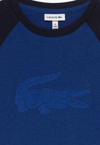 Lacoste - Print T-shirt - ionian/navy blue - 3
