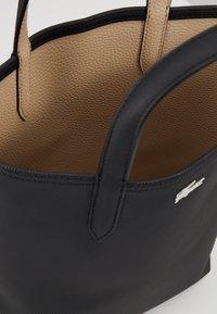 Lacoste - VERTICAL BAG SET - Handbag - black warm sand - 4
