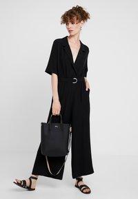 Lacoste - VERTICAL BAG SET - Handbag - black warm sand - 1