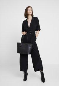 Lacoste - FEMME PREMIUM  - Shopping Bag - noir - 1