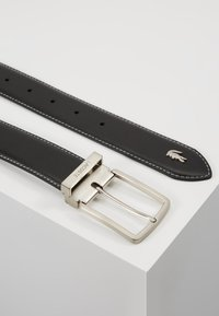 Lacoste - CURVED STITCHED EDGES - Pasek - black - 2