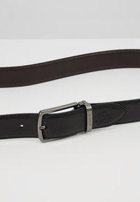 Lacoste - REVERSIBLE CURVED BOX SET - Pásek - black/dark brown - 8