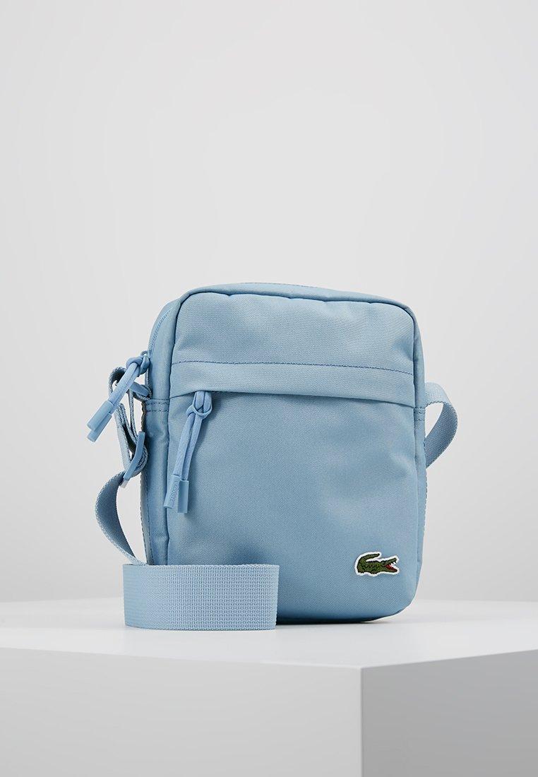 Lacoste - VERTICAL CAMERA BAG - Bandolera - powder blue