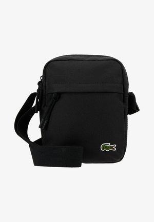 VERTICAL CAMERA BAG - Taška spříčným popruhem - black