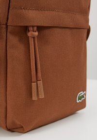 Lacoste - VERTICAL CAMERA BAG - Across body bag - otter - 2