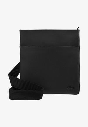 FLAT CROSSOVER BAG - Axelremsväska - black