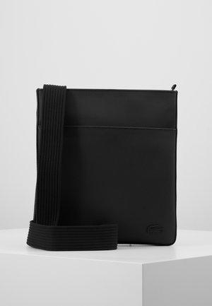 FLAT CROSSOVER BAG - Taška spříčným popruhem - black