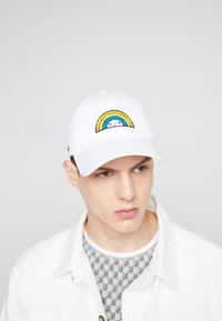 Lacoste - Lacoste x FriendsWithYou Cotton Print Cap - Czapka z daszkiem - white - 1