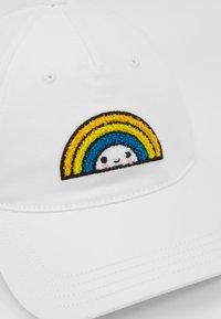 Lacoste - Lacoste x FriendsWithYou Cotton Print Cap - Czapka z daszkiem - white - 6