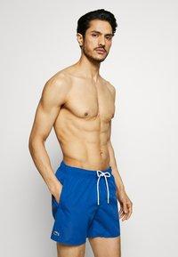 Lacoste - Swimming shorts - electrique/marine - 0