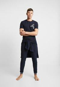Lacoste - SLEEP TEE - Pyjamasöverdel - dark blue - 1