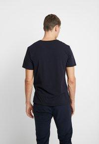 Lacoste - SLEEP TEE - Pyjamasöverdel - dark blue - 2