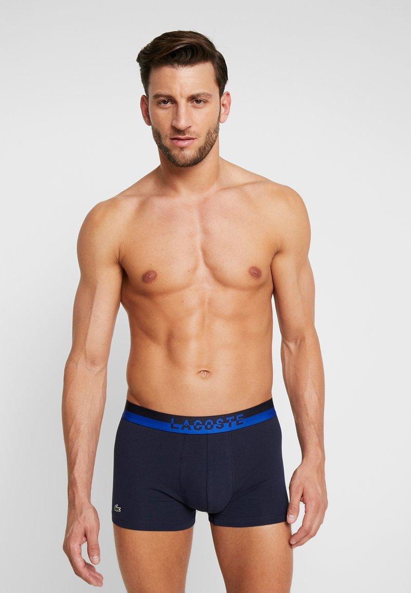 Lacoste - TRUNK 3 PACK MILLENIALS FANCY - Underkläder - black/blue