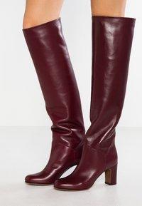 L'Autre Chose - Stivali sopra il ginocchio - bordeaux - 0