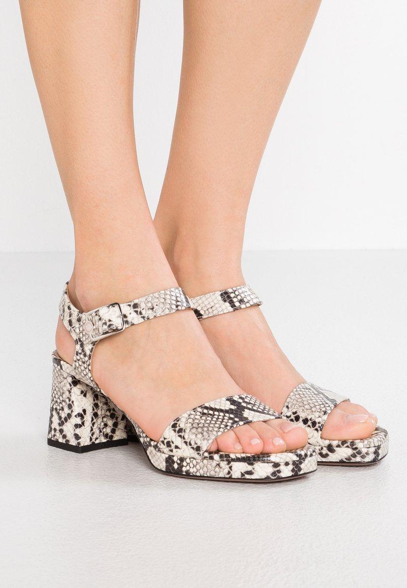 L'Autre Chose - Korkeakorkoiset sandaalit - offwhite