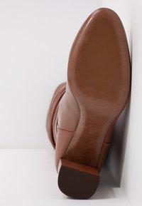 L'Autre Chose - Stivali alti - cigar - 6