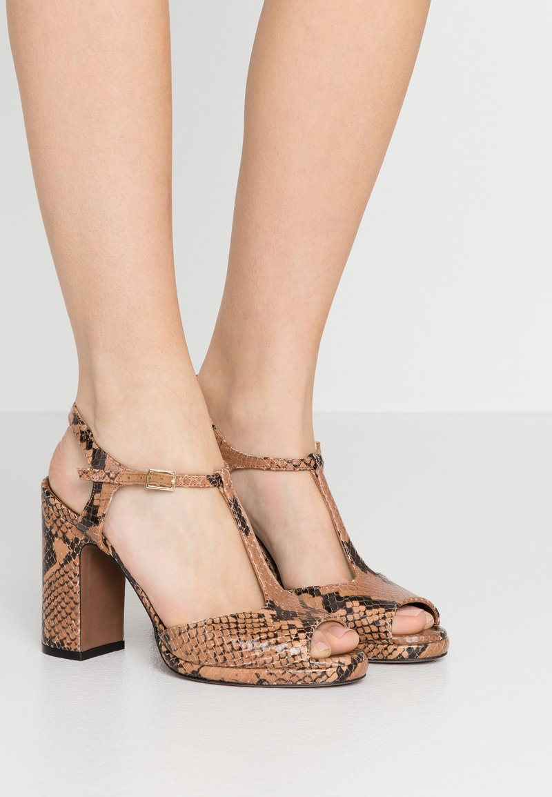 L'Autre Chose - High heeled sandals - cigar