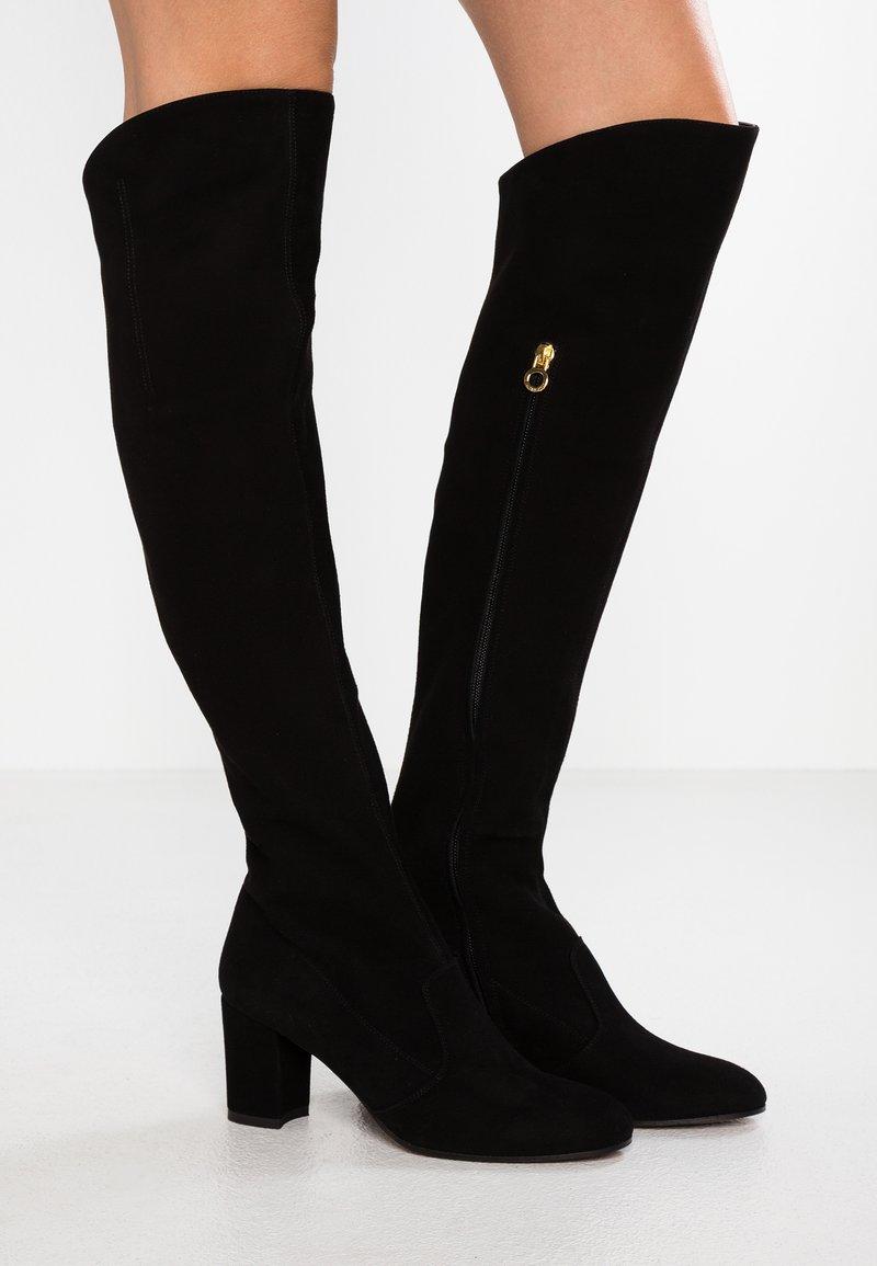 L'Autre Chose - Kozačky nad kolena - black